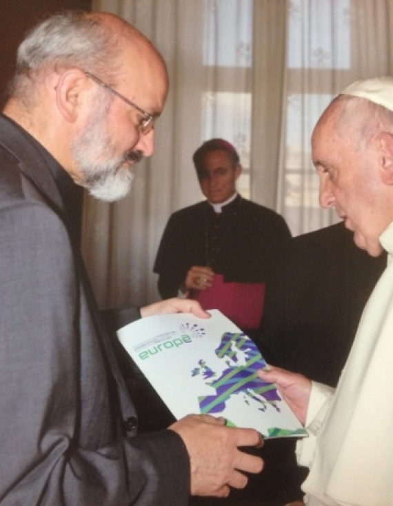 The brochure of Together for Europe 2016 in the hands of Pope Francis